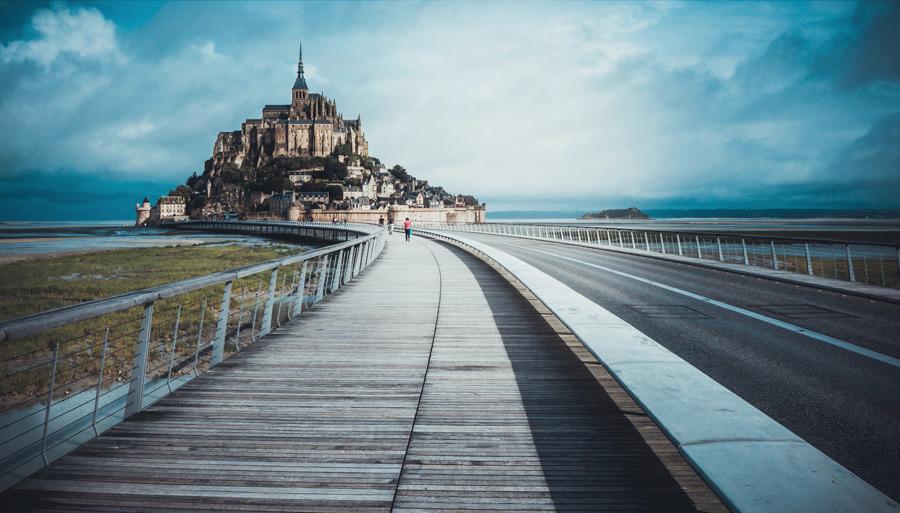 フリー写真 モンサンミッシェルにつながる道の風景