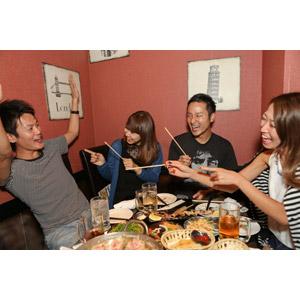 フリー写真, 人物, 集団(グループ), 宴会, 合コン(コンパ), ゲーム, 王様ゲーム, 飲食店, 居酒屋, 指差す, 笑う(笑顔)