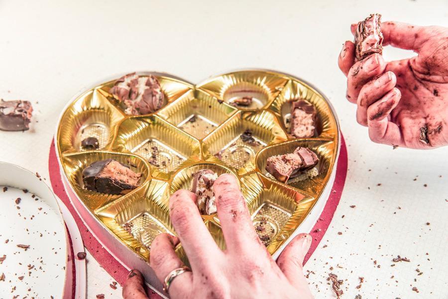 フリー写真 食べ散らかされたバレンタインチョコ