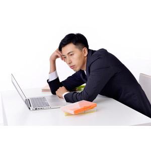 フリー写真, 人物, 男性, アジア人男性, 日本人, 男性(00016), 職業, 仕事, ビジネス, ビジネスマン, サラリーマン, 悩む, パソコン(PC), ノートパソコン, メンズスーツ, 考える, やる気のない, デスクワーク, 白背景