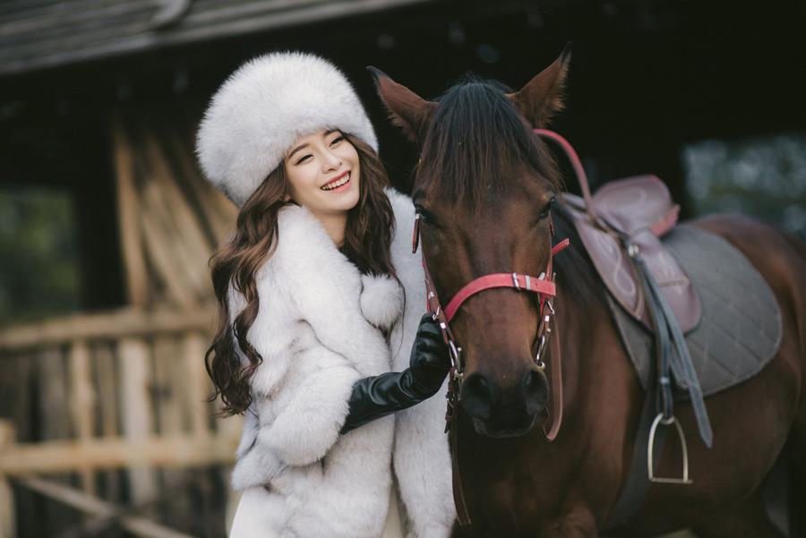 フリー写真 馬と笑顔の女性