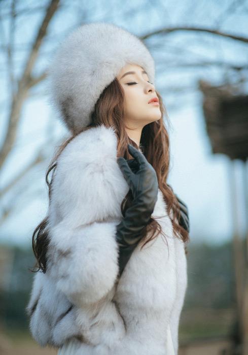 フリー写真 毛皮の衣装姿で目を閉じる女性