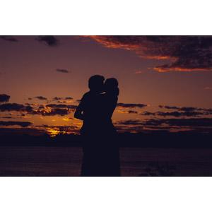 フリー写真, 人物, カップル, 恋人, キス(口づけ), 愛(ラブ), 夕暮れ(夕方), シルエット(人物)