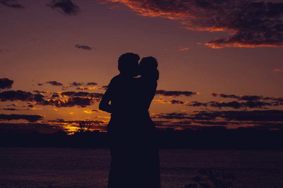フリー写真 キスをするカップルのシルエット