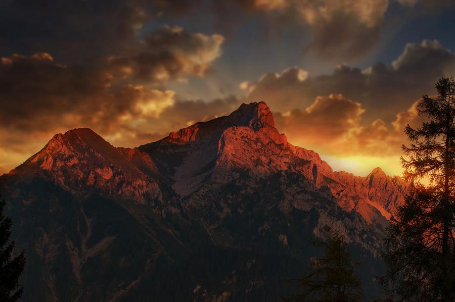 フリー写真 オーストリアの夕暮れの山の風景
