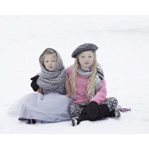 フリー写真, 人物, 子供, 女の子, 外国の女の子, 兄弟(姉妹), 二人, 雪, 冬, 座る(地面), あぐらをかく