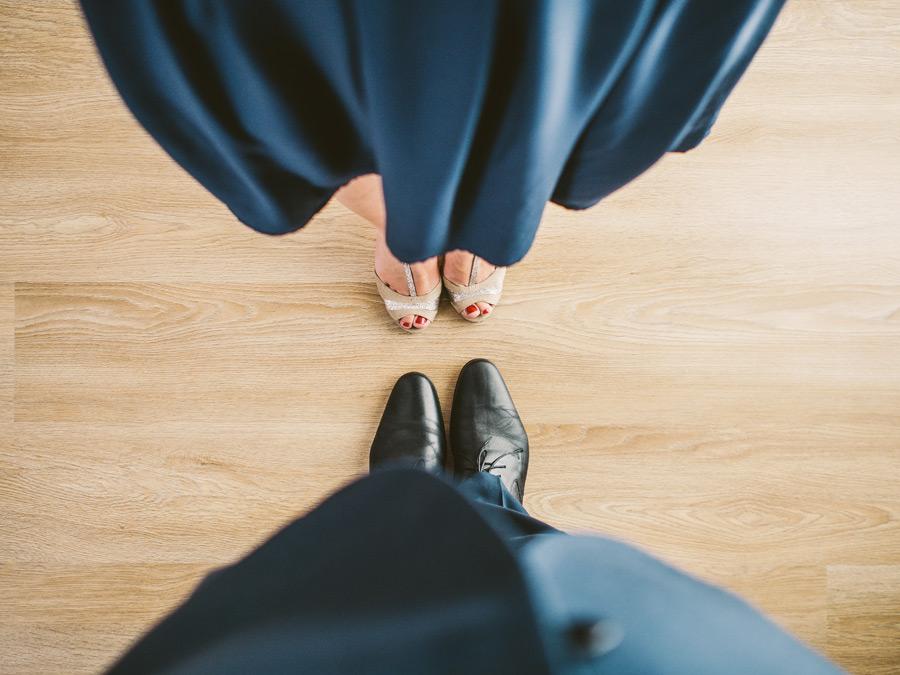 フリー写真 向かい合うカップルの足元