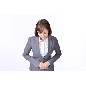 フリー写真, 人物, 女性, アジア人女性, 日本人, 女性(00086), 職業, 仕事, ビジネス, ビジネスウーマン, OL(オフィスレディ), レディーススーツ, 白背景, お辞儀, 頭を下げる, 挨拶
