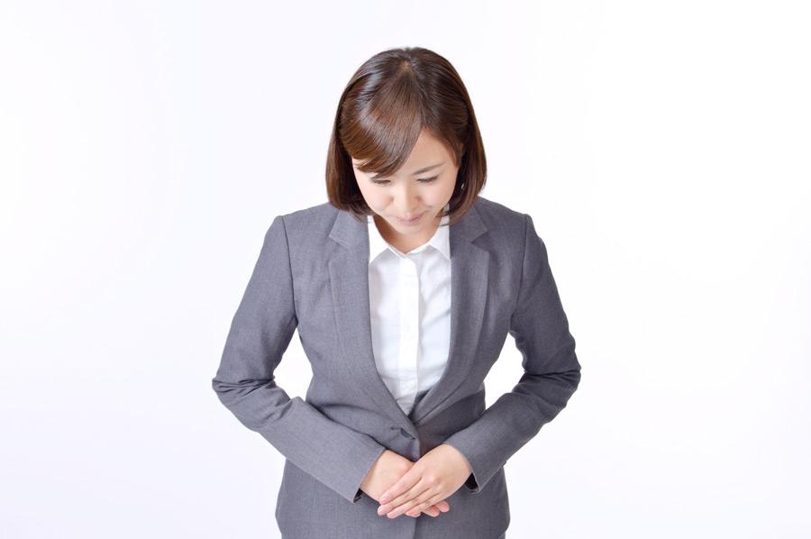 フリー写真 おじぎする日本の女性社員の