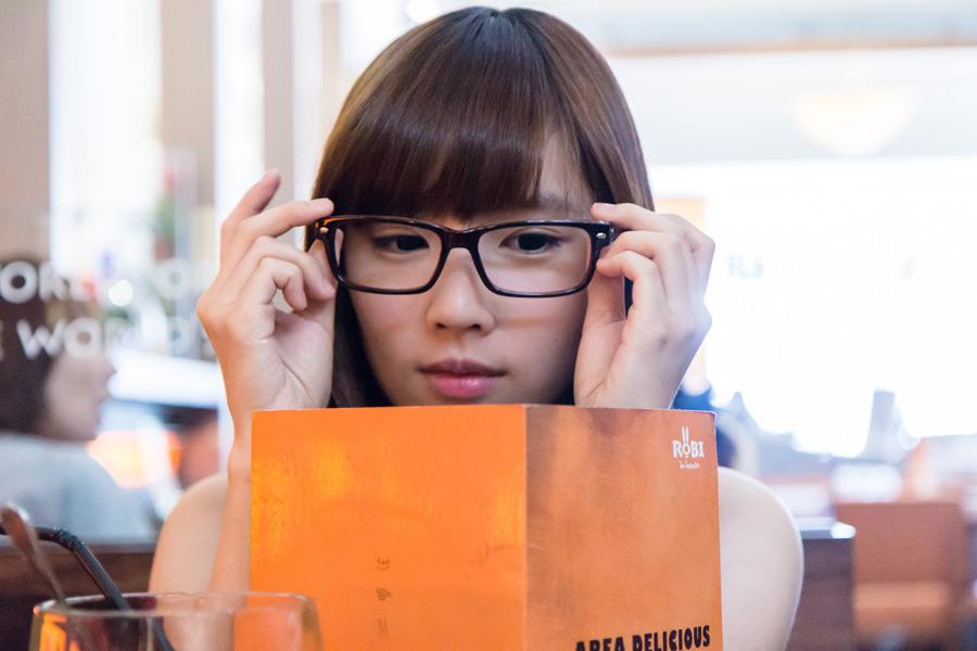 フリー写真 メガネをかけて本を読む女性