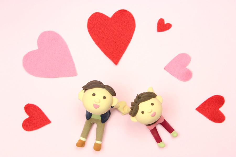 フリー写真 ハートと天を見上げるカップルの人形
