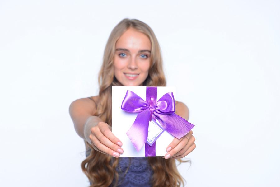 フリー写真 プレゼントを手渡す外国人女性