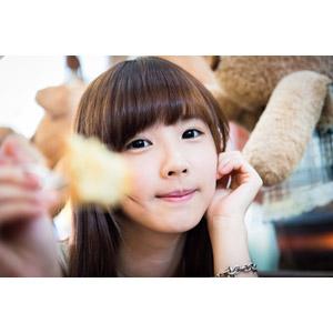フリー写真, 人物, 女性, アジア人女性, 中国人, apple(00128), 差し出す, 頬杖をつく, あーん