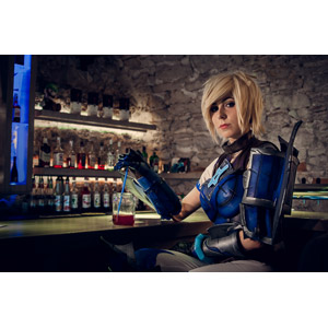 フリー写真, 人物, 女性, 外国人女性, コスプレ, League of Legends, 戦士, 酒場(バー), 飲食店