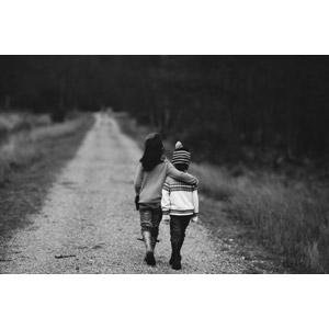 フリー写真, 人物, 子供, 女の子, 男の子, 兄弟(姉妹), 二人, 肩を組む, 後ろ姿, 小道, 人と風景, 歩く, モノクロ