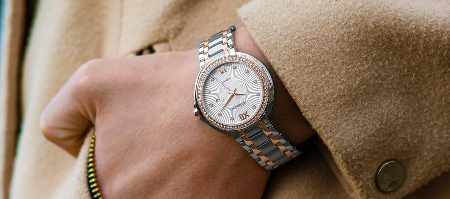 フリー写真 腕時計をした手