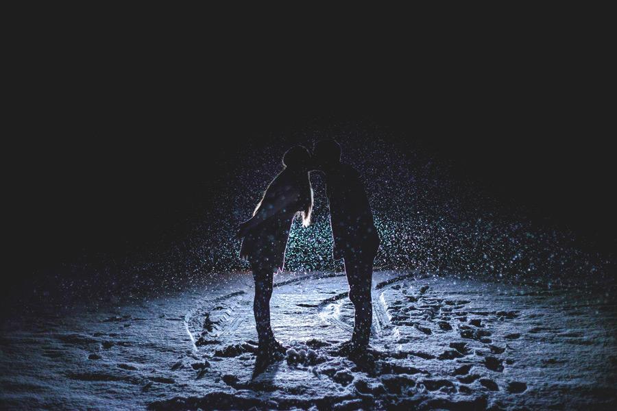 フリー写真 夜の雪の中でキスをするカップル