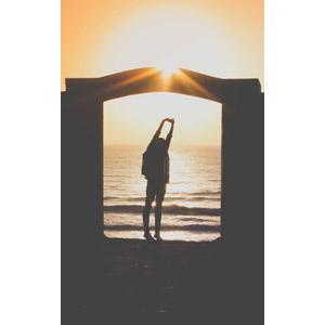 フリー写真, 人物, 女性, 後ろ姿, 人と風景, 海, 夕暮れ(夕方), 夕焼け, 夕日, 門(ゲート)