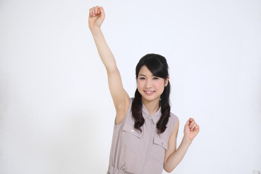 フリー写真 拳を上げて喜ぶ日本人女性
