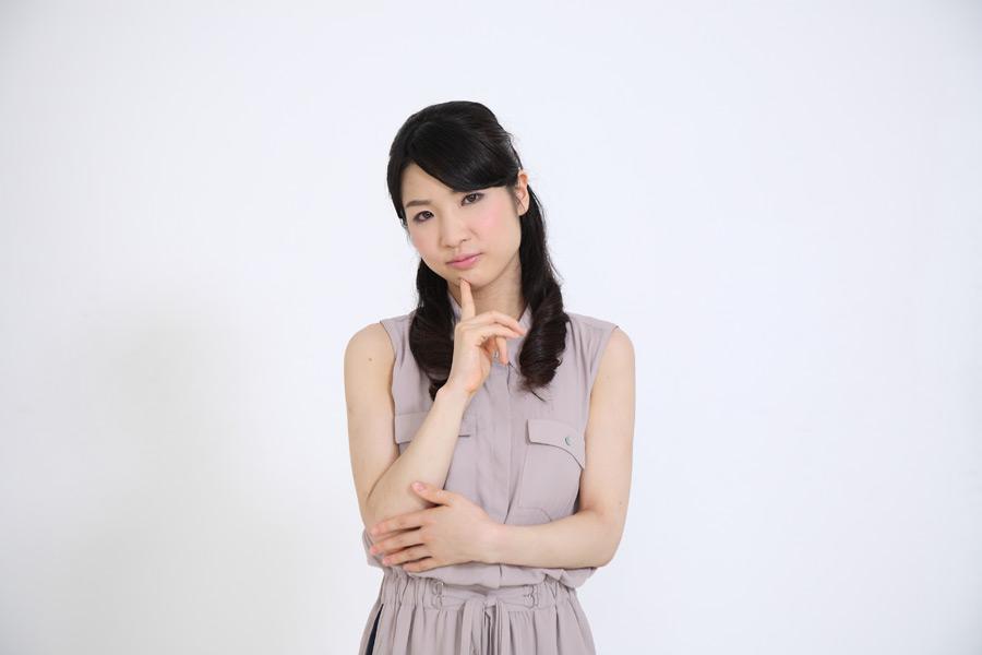 フリー写真 顎に指を当てて悩む日本人女性