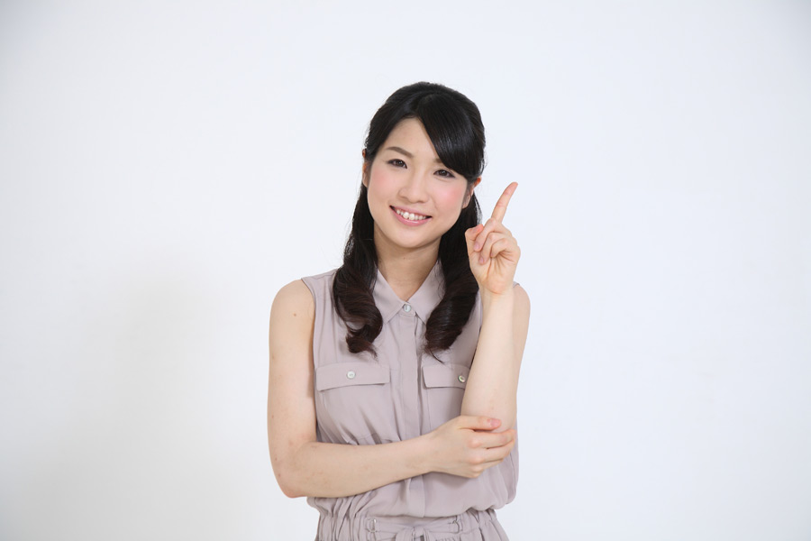 フリー写真 ワンポイントアドバイスをする日本人女性