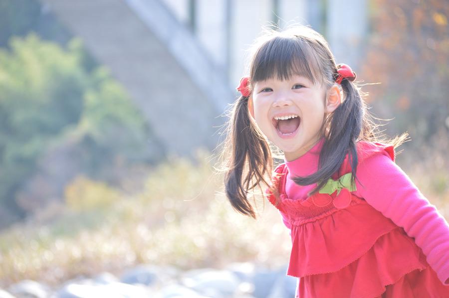フリー写真 口を開けて笑う日本人の女の子