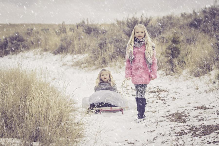 フリー写真 雪とソリと二人の姉妹の女の子