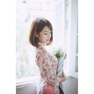 フリー写真, 人物, 女性, アジア人女性, 女性(00129), ベトナム人, アオザイ, 人と花, 花束, 窓辺