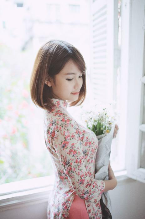 フリー写真 アオザイ姿で花束を抱えるベトナム人女性
