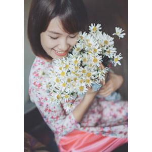 フリー写真, 人物, 女性, アジア人女性, 女性(00129), ベトナム人, アオザイ, 人と花, 花束, 白色の花, 頬を擦り付ける