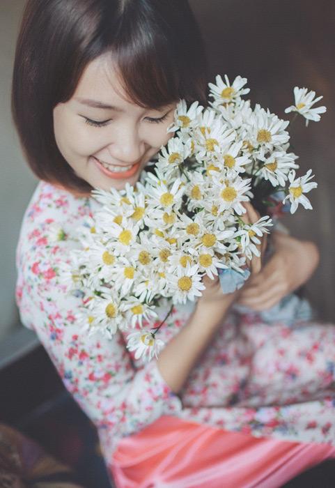 フリー写真 白色の花を抱えるベトナム人女性