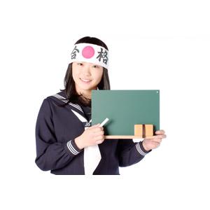 フリー写真, 人物, 少女, アジアの少女, 日本人, 少女(00048), 学生(生徒), 高校生, セーラー服(学生服), はちまき, 受験生, 黒板, チョーク, 白背景