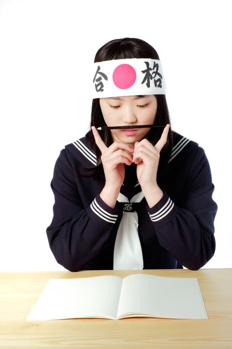 フリー写真 勉強に行き詰まる受験生の女子学生