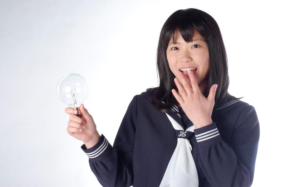 フリー写真 電球を持ってひらめく女子高生
