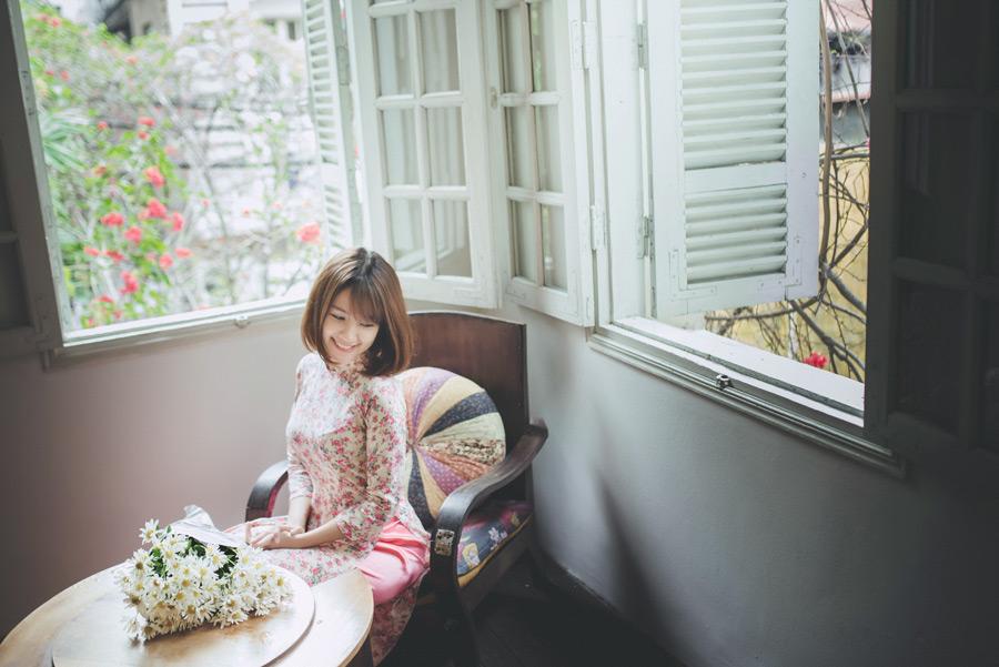 フリー写真 花束と椅子に座るベトナム人女性