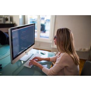 フリー写真, 人物, 女性, 外国人女性, 職業, 仕事, プログラマー, 家電機器, パソコン(PC), 液晶ディスプレイ, タイピング, デスクワーク, キーボード