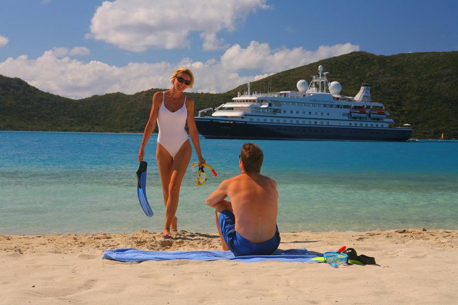 フリー写真 クルーズ客船とビーチのカップル