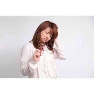 フリー写真, 人物, 女性, アジア人女性, 女性(00023), 日本人, 頭に手を当てる, 頭痛, 痛い, 目を閉じる, 疲れる, 病気