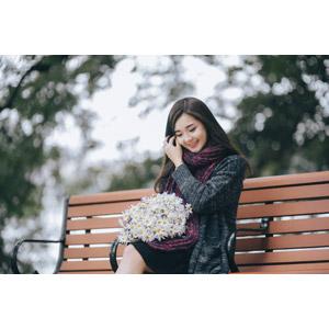 フリー写真, 人物, 女性, アジア人女性, 女性(00132), ベトナム人, マフラー, 人と花, 花束, 白色の花, 座る(ベンチ), 俯く(下を向く)