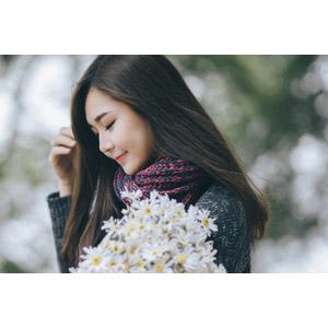 フリー写真, 人物, 女性, アジア人女性, 女性(00132), ベトナム人, 人と花, 花束, 白色の花, 目を閉じる