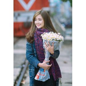 フリー写真, 人物, 女性, アジア人女性, 女性(00132), ベトナム人, マフラー, 人と花, 花束, 白色の花