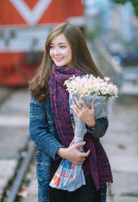 フリー写真 マフラーを巻いて花束を抱えている女性