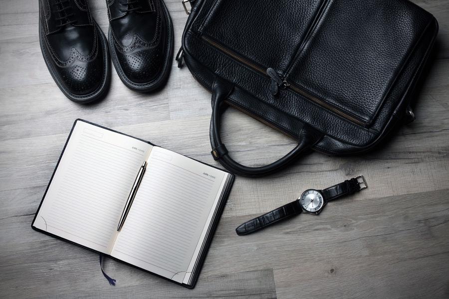 フリー写真 革靴、ブリーフケース、手帳、腕時計の