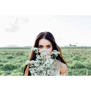 フリー写真, 人物, 女性, 外国人女性, オーストラリア人, 人と花, 花, かすみ草(カスミソウ), 白色の花
