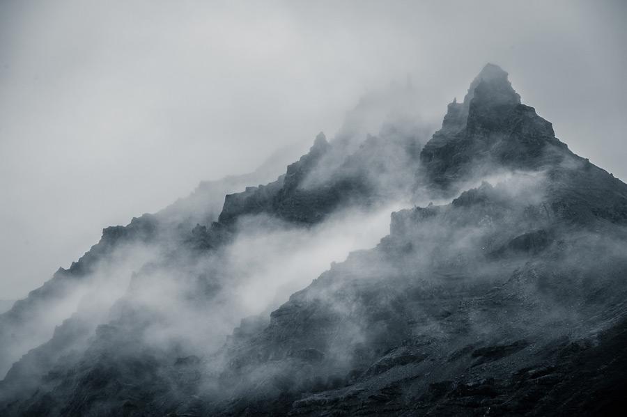 フリー写真 霧に覆われる山