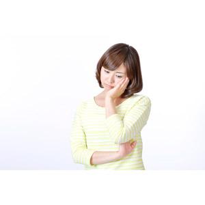 フリー写真, 人物, 女性, アジア人女性, 日本人, 女性(00086), 頬に手を当てる, 悩む, 憂鬱, 白背景