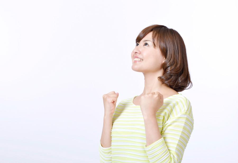 フリー写真 拳を握ってやる気いっぱいの日本人女性