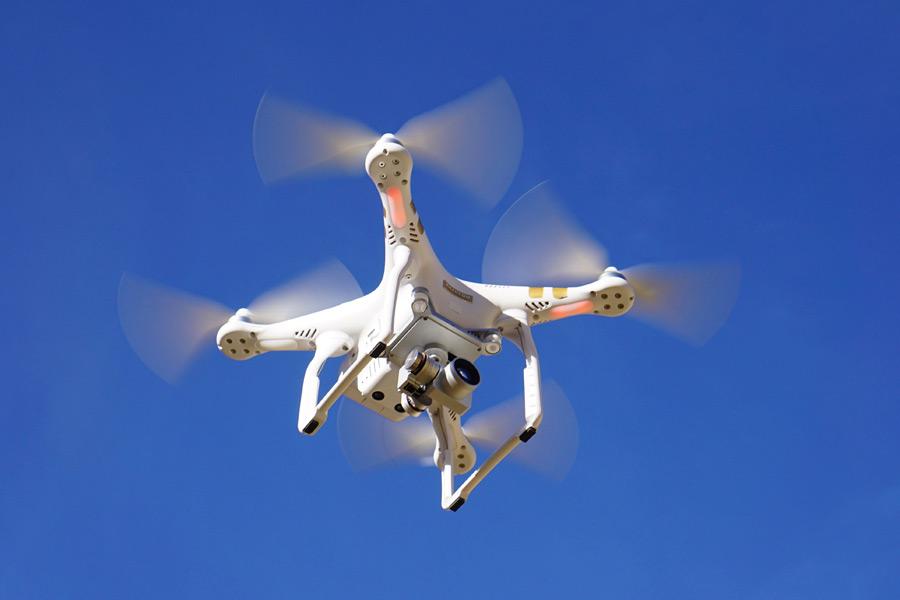 フリー写真 青空に飛び立つドローン