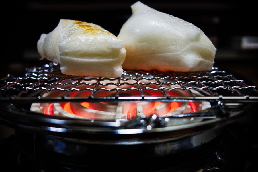 フリー写真 網の上で焼く角餅