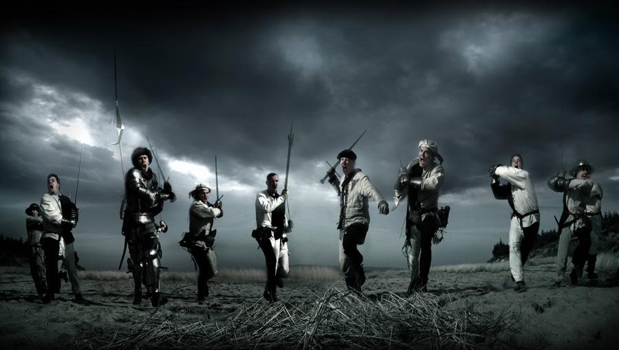 フリー写真 武器を持って戦う戦士たち